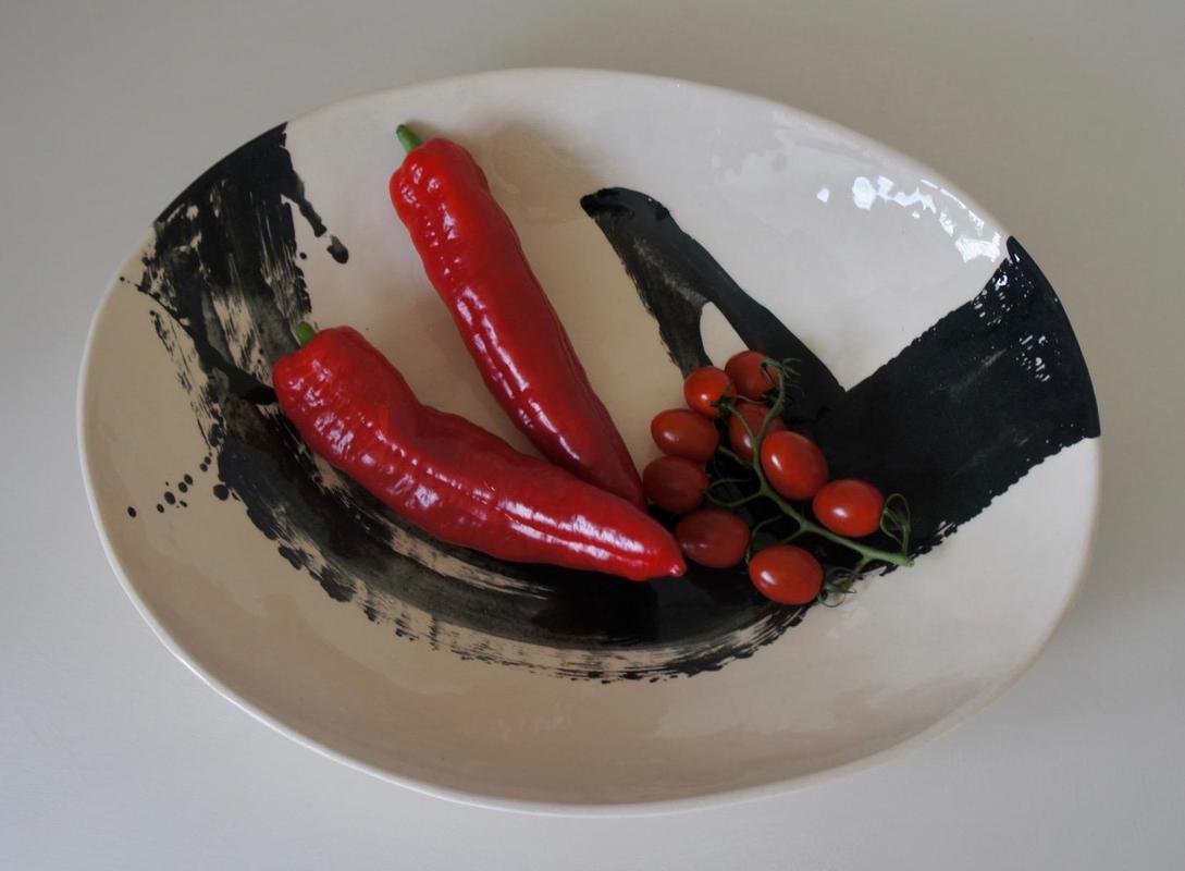 Earthenware bowl with black slip decoration