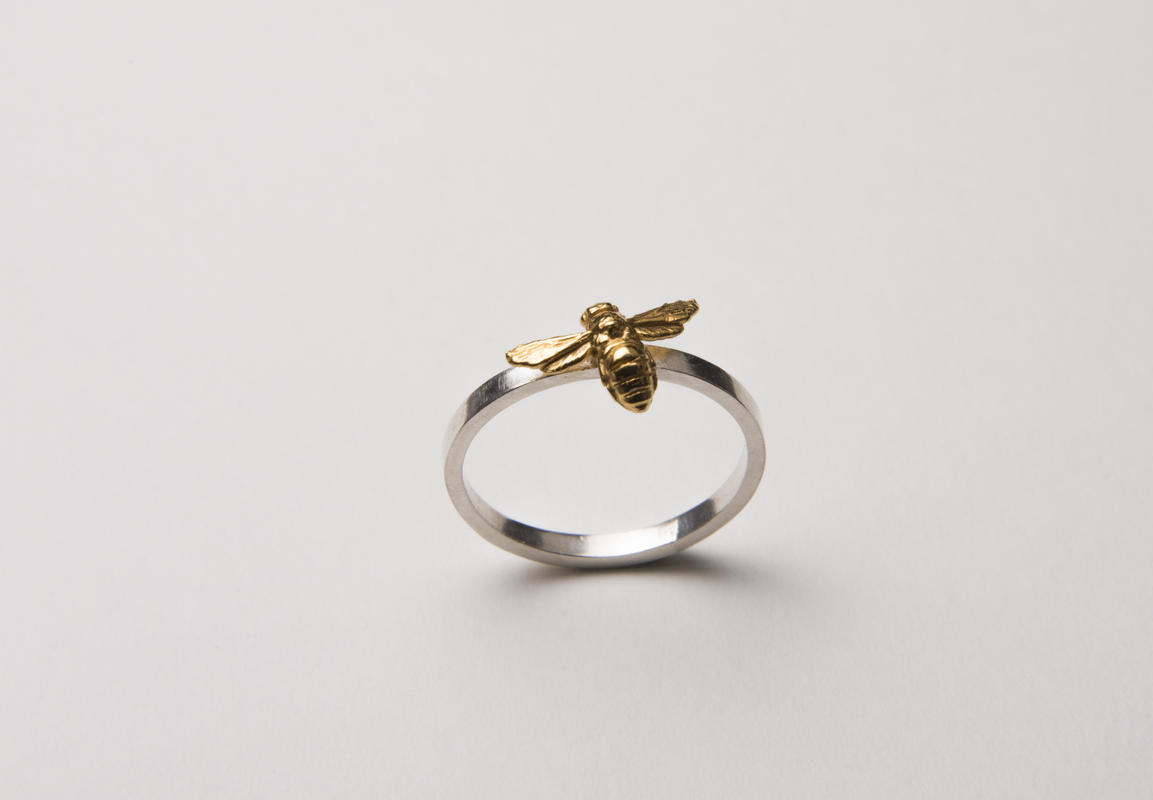 18ct gold bee on silver ring £95