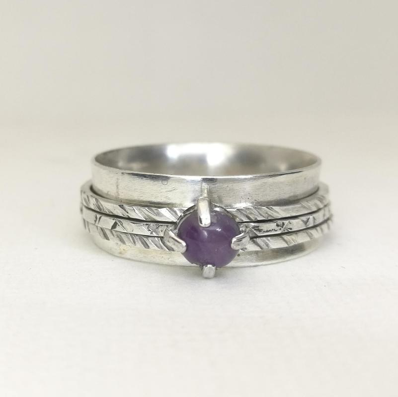 Silver Spinner Ring set with a pale Amethyst Cabochon