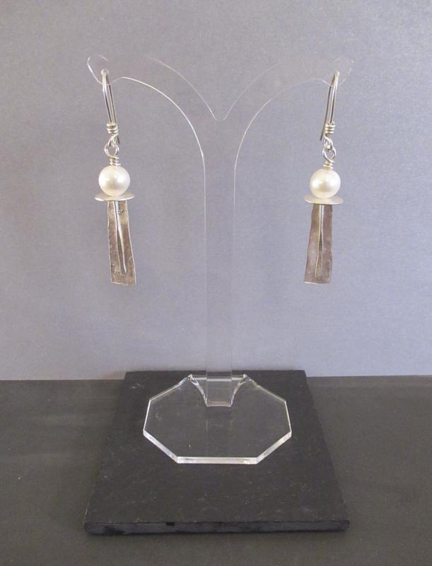 Tony Thomson Earrings: pearl with silver decorated shaft